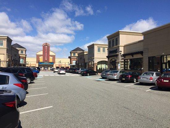 Collegeville, Pensilvanya: Movie Tavern towering at end