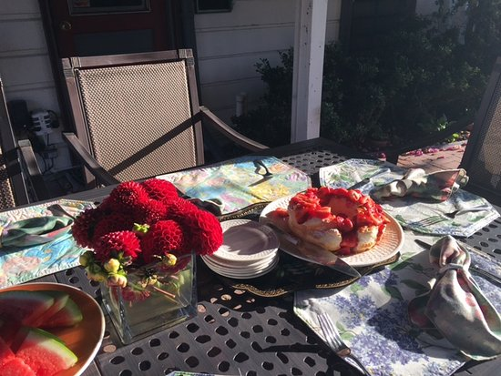 Madison Street Inn: A lovely morning for breakfast outside!