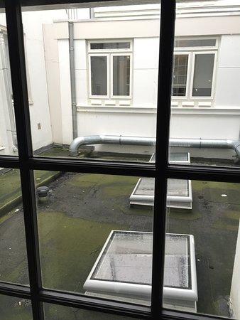 The Hoxton, Amsterdam: Vue de la chambre, un conseil pas la 101 et renseignez vous a la resa...