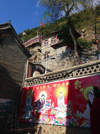 Pulandian, Çin: Temple compound built on steep part of mountain