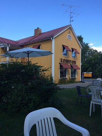 Overkalix, Svezia: Brännvalls café med uteservering på bakgården.