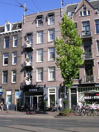 Alp Hotel Amsterdam: L'Alp hôtel vu de l'autre côté du bld: 4 niveaux de chambres.