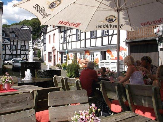 Blankenheim, Germany: Der Außenbereich, von Beros - Grillhaus und Pizzeria, umgeben von schönen Fachwerkhäusern.