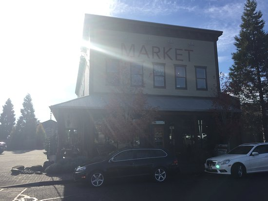Dundee, OR: Outside picture of Red Hills Market