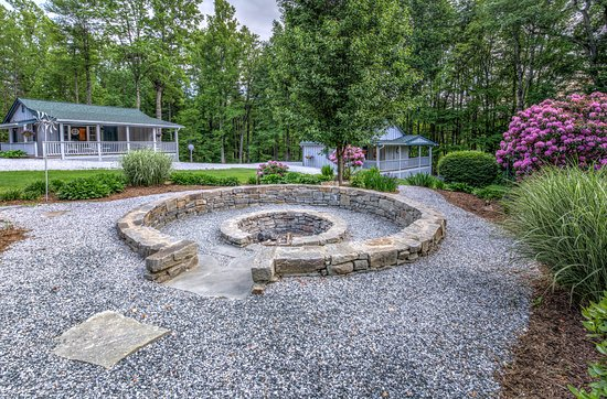 Linville Falls, Carolina del Norte: Cottages and Fire Circle