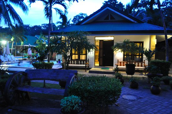 Dumaluan Beach Resort: Presidential Suite located next to the pool. Well tended garden.