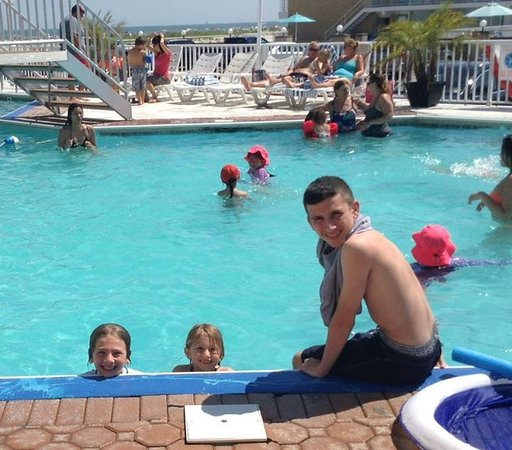El Coronado Resort: Out by the pool!Aaahhhh so nice!Have the pool and then go right out gate right onto beach!