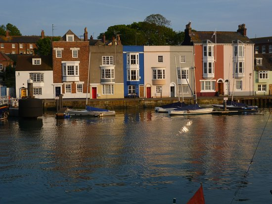 Weymouth, UK: Love looking across the Harbour to these lovely colourful cottages.
