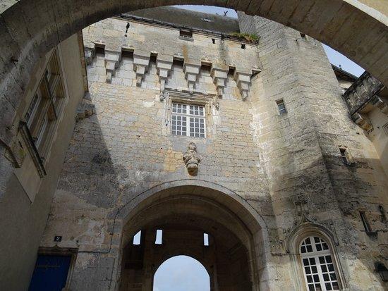 Jonzac, Γαλλία: Entrée du château coté cour intérieure