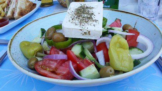 BEST WESTERN Plaza Hotel: Greek salad i poolbaren