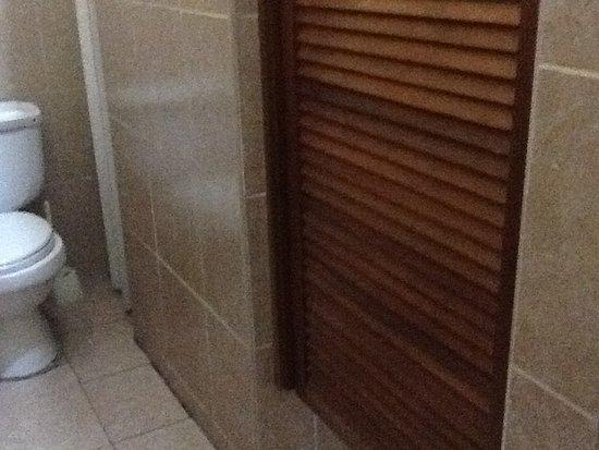 La Casa Nostra: El baño es muy espacioso , puede acomodar sus cosas perfectamente