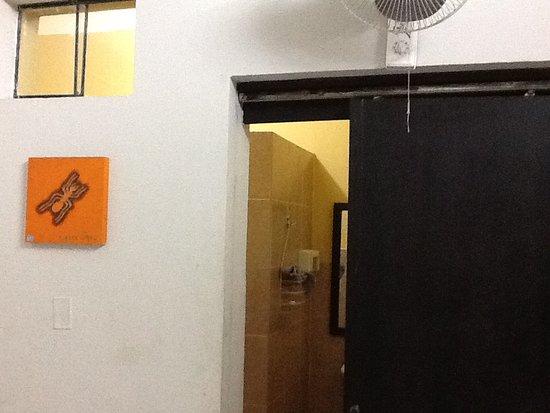 La Casa Nostra: Vista desde la entrada de la habitación mirando hacia la entrada del baño
