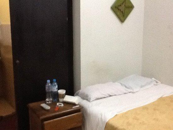 La Casa Nostra: Con amoblado de velador , no aparece en la foto un televisor y bastante espacio para colgar ropa