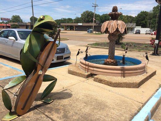 Selmer, TN: La rana siempre esta tocando para ti
