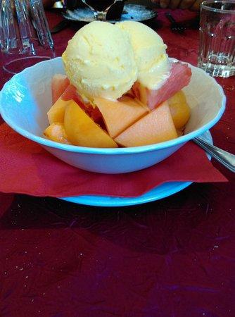 Monghidoro, إيطاليا: Coupe de fruits frais et boules de glace maison