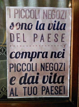 """Monghidoro, إيطاليا: """"Les petites boutiques sont la vie d'un village ; achètes dans les boutiques locales et donne vi"""
