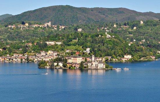 Pella, Italia: dal Balcone de Madonna del Sasso, vista panoramica,