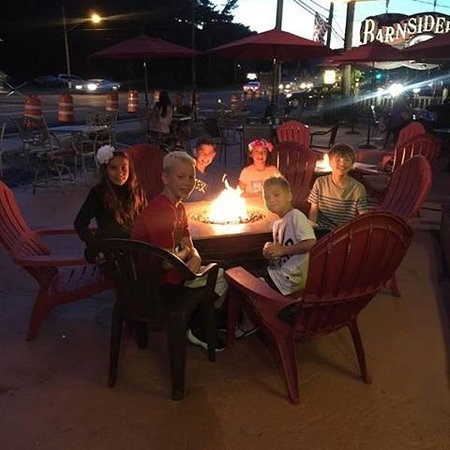 The Barnsider Smokehouse BBQ : Kids by the fire enjoying BBQ!