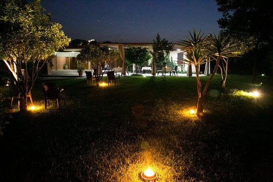 B&B Villa Valentina Taormina : prato in notturno