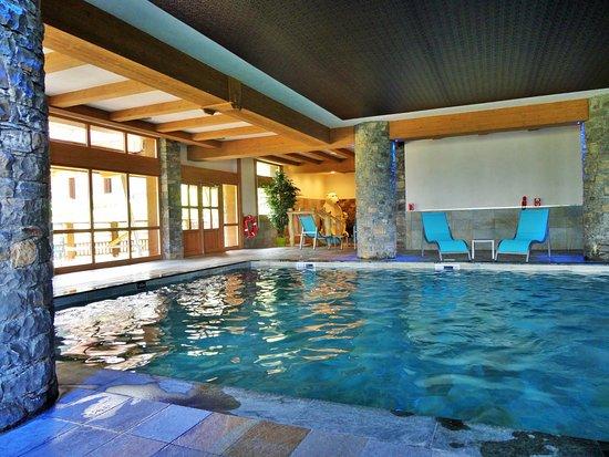 La piscine avec son solarium autour photo de la grange aux f es valmorel tripadvisor - Piscine guilherand grange ...