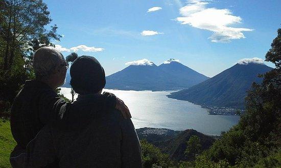 Santa Clara La Laguna, กัวเตมาลา: Vista del Lago de Atitlán desde la entrada al parque.