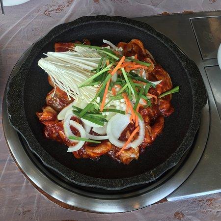 Buan-gun, Coréia do Sul: 갑오징어가 맛있다고 해서  찾아간 집  가게는 엄청 크네요  근데 제입맛엔 안맞았어요  맛이 너무 달아요 ㅠ 양파김치는 맛있네요  따로 판매도 하시더라고요