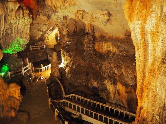 Vang Vieng, Laos: 洞窟内は涼しいです。自転車&徒歩で汗かいた後の癒しです。