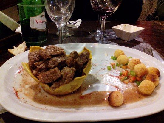 Almacén Español: Carne a la masa! en realidad, una canasta de masa con carne hervida. La ración de papas es la tr