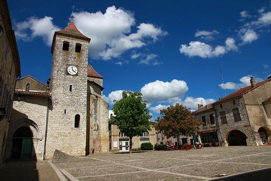 Lauzerte, Francia: Quel plaisir de déguster un café sous ce ciel et sur cette place merveilleuse