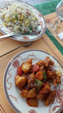 Rochefort, Frankrijk: Porc sauce aigre douce et riz cantonnais.