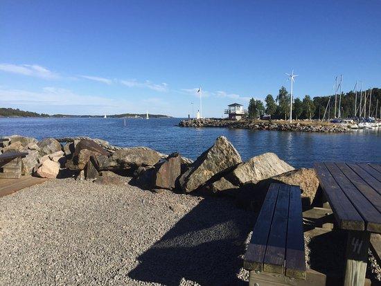 Oxelosund, Σουηδία: Utsikten från vårt bord och chokladmousse, den godaste jag ätit