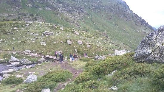 El Serrat, Andorra: puente sobre el arroyito que une dos de los lagos