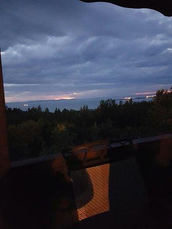 Motel Au Fleuve D'Argent Et Chalets: Voici la vue a partir du gazebo