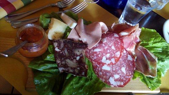 Buggiano, Italien: Antipasto, tagliere di salumi e formaggi con salsa alla frutta.
