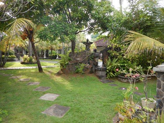 Rini Hotel: Grounds