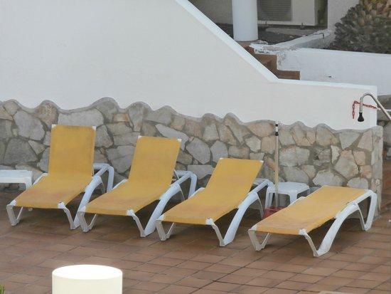 Fuentepark Apartamentos: sunbeds in need of clean and repair