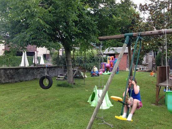 Salechan, Frankrig: The enclosed play area is very well equipped for all ages