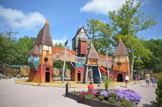 Lacanau, France : Jeux enfants à proximité du bar restaurant