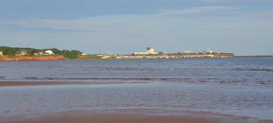Souris, Canadá: The view from the beach.