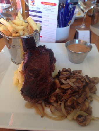 Kells, Irlanda: Steak, mash potatoes, chips , sauce, onions and mushrooms