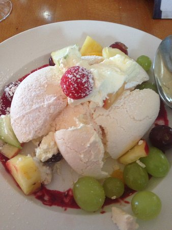 Kells, Irlanda: Pavlova, cream fresh fruits