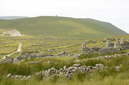 Isola di Achill, Irlanda: Deserted Village, view from the beginning of the village. More 'houses' on the right side.