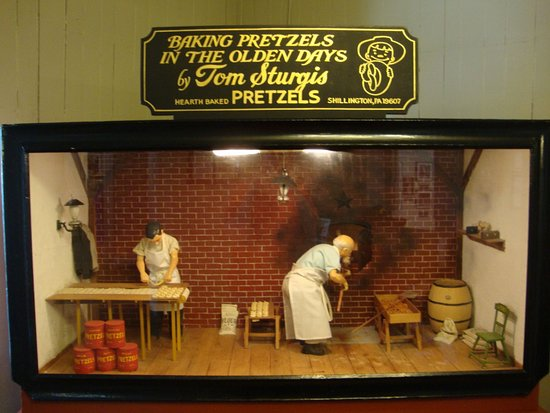 Lititz, Pensylwania: A little moving display of twisting and baking pretzels