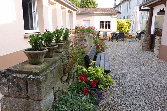 Acces au bar photo de hotel du midi restaurant la for Hotel du jardin menu