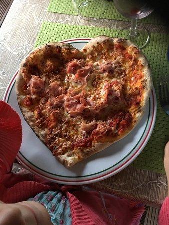 Chassieu, فرنسا: Les enfants ont fait elles mêmes leurs pizza.