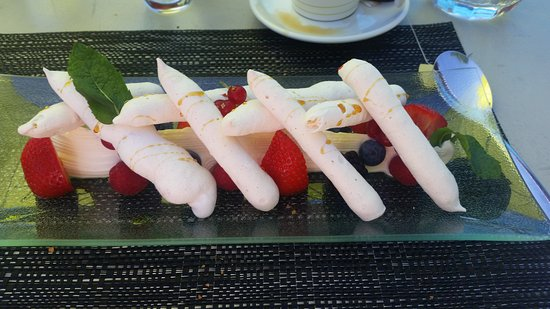 Bex, Szwajcaria: Mouth-watering dessert: Meuringe logs with sinful double cream and fresh berries