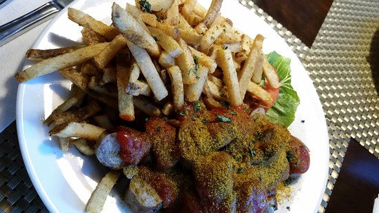 Oromocto, Canadá: Curry ketchup topping with inedible old oily fries