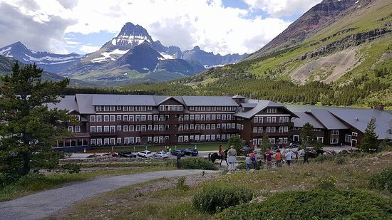 Many Glacier Lodge: Horses pass in front of Many Glacier hotel