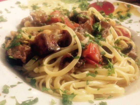 Isola d'Arbia, Italien: Linguine cozze, melanzane, pomodorini