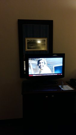 Hotel Avenida Palace: The mirror blocked by TV.